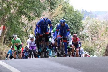 チームサプラサイクリングがメイン集団をコントロール