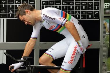 このステージで優勝したトム・デュムランが世界チャンピオンジャージを着てアップ