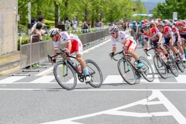宇都宮ブリッツェンとともに日本ナショナルチームのメンバーが集団牽引に加わった
