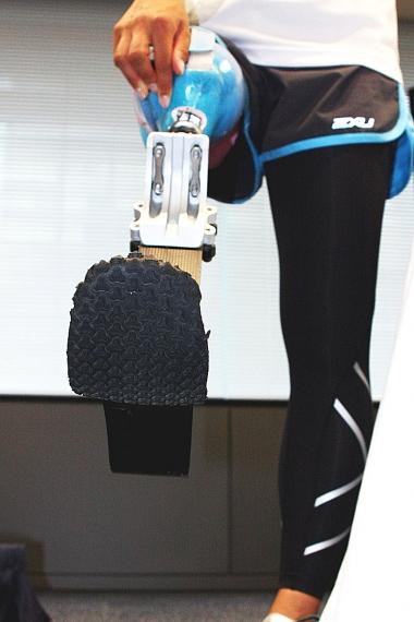 秦選手のスポーツ義足は、ヒザを省いた特殊な造り