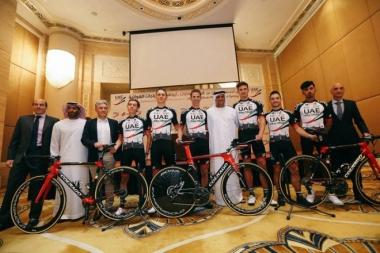 チームプレゼンテーションで新しいチームジャージとコルナゴの自転車を発表したUAEアブダビ(photo : UAE Abu Dhabi)