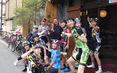 中澤さん(写真中央ブルーのジャージ)と、ライド仲間の集合写真。楽しさが伝わってくる! 下にある受賞動画もチェック!