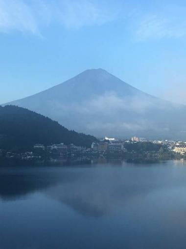 先日、スタッフがロードバイクコースを試走。早朝の「逆さ富士山」を拝んで、美味しい天然水を飲みながら走ってきました