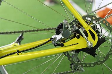 クイックレリーズハブでディスクブレーキを使う場合の欠点を補うキモリ製のエンドを前後ともに採用