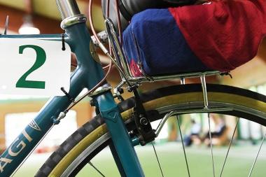 オリジナルデザインのフロントキャリヤ。お饅頭を運ぶためのバッグと、装備品を持つバッグを分けて2層構造で運んだ