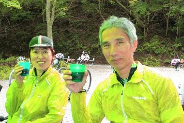 東京から参加した本間さん(左)と平野さん(右)。大自然の中で食後のコーヒーブレイク