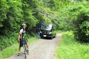サポートカーが倒木にひっかかってしまった!なぜかテンションの上がるカズさん。この後の一流の上りでの引きを見せてくれた