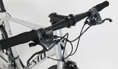 普通の自転車と同じ握り方ができるフラットバー