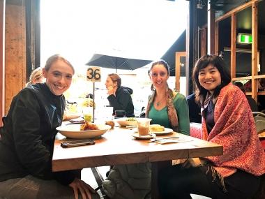 クレアさん(左)とローラさん(真ん中)。どこの国に行っても、女性同士のおしゃべりは尽きることがありません