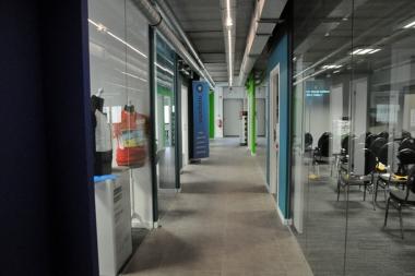 バイクビル・インキュベーターの中には小部屋がいくつもあり、メンバー企業がショールームとして使用できる