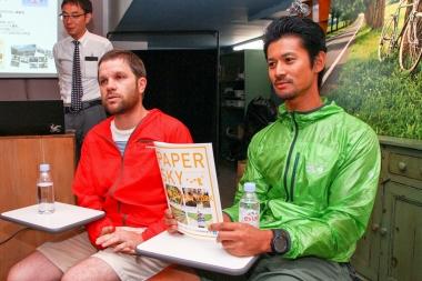 左から「PAPERSKY」編集長のルーカス・BB氏と旅するファッションモデルの山下晃和氏