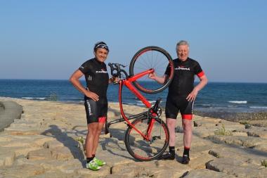 ゲストのキャプーチ氏(左)とボイファヴァ氏(右)。中央のバイクは新モデルの「フィブラネクスト」だ