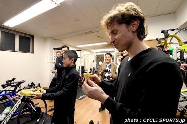 クネゴは参加者が差し入れてくれた舟和の芋ようかんとあんこ玉を美味しそうに食べていた