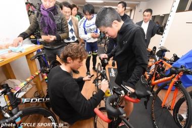 参加者の自転車にサインを入れるクネゴ。一生の宝ものになるに違いない