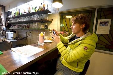 インスタグラム用にカフェ・ガリビエ特製スムージーを撮影していたクネゴ。帰りの地下鉄の中で早速投稿していた