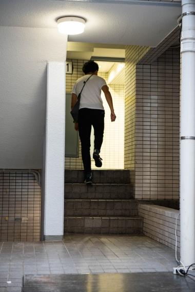 店舗は6階と7階に。エレベーターに乗るためビルに一歩踏みだそう