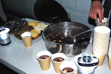 スタート前に「はまなこ みんなのカフェ」からサプライズでお汁粉など差し入れが!