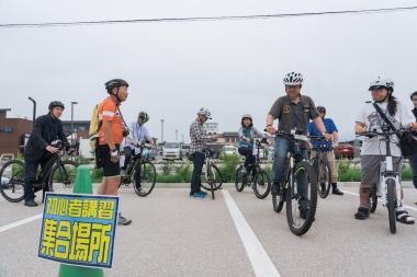 eバイクに乗ったことがないという人に向けて、初心者講習会が行われた。乗り方からアシストの操作方法までを、講師の宮内忍氏が丁寧に説明