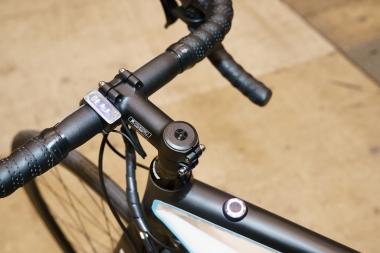 トップチューブにLED表示を兼ねたメインスイッチを内蔵。ハンドルに取り付けられたパネルでバッテリー残量を確認できる