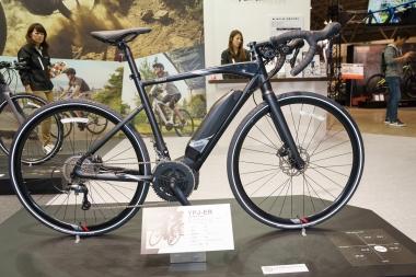 eバイクのフォルムは、スポーツバイクの流れでありつつも近未来的なスマートさを感じさせる