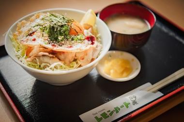 岩城島の食堂「レモンハート(チェックポイント)」でレモンポーク丼を。柔らかな肉質が特徴のポークに、レモンを一絞りするのがポイント。本当に旨かった…!