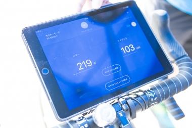 スマートフォンやタブレットとはBluetooth規格で通信。シマノの専用アプリe-tubeプロジェクトを使えば、パワーメーターの校正やファームウェアのアップデートなども可能