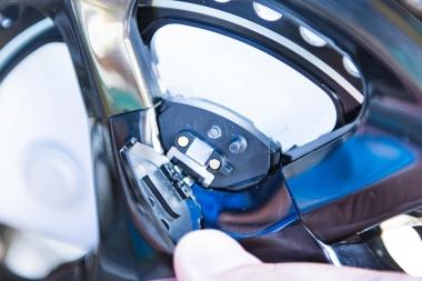 右クランク側のセンサーユニットのカバーを外すと、充電用の端子が現れる。センサー上部右側のボタンを押すと、隣のLEDの発光状態でバッテリーの残量も分かる