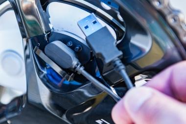 充電には専用ケーブルを使用する。片側は専用の端子になっていて、パワーメーター側には磁力でくっつくようになっている。ケーブルの反対側はUSB端子になっており、パソコンなどに接続して充電する
