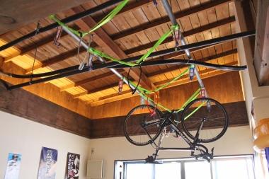こちらがその「自転車ラック」。マッサージチェアスペース上の空間を活用して設置された。ここでしか見られない珍景