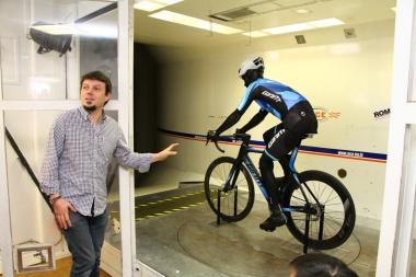 """ACEの風洞実験施設。新型プロペルの開発にはバイク単体での風洞実験ではなく、ジャイアントが用意した""""ペダリングできるマネキン""""を用いて、ライディング時の状況をより忠実に再現して行われた"""