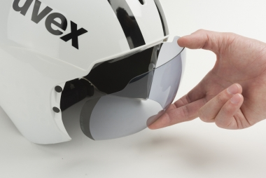 透明のバイザーはヘルメットに沿わせるように装着することもできる