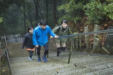 自転車を山門に置いて、石段をゆっくりと登っていく