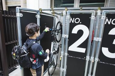 愛車を専用ロッカー内に収納でき、ヘルメットや荷物も一緒に預けて身軽に温泉へGO。サイクリスト向け入浴プラン(650円)は貸しタオル付