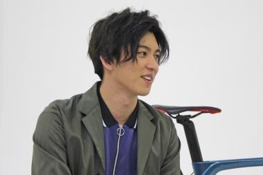 荒井敦史の演じる佐々岡勇利は、劇中でロードバイクに目覚め、プロロードレーサーとして活躍する