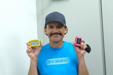 テリー氏が手に持つのはスペシャルカラーエディションのイエロー、ピンク。両モデルともに近日発売予定だ