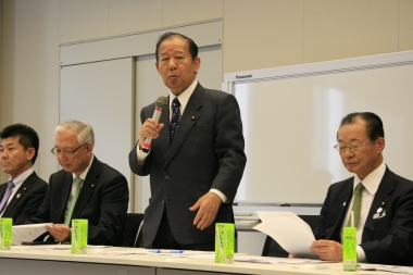 自転車活用議連総会で発言する二階俊博氏