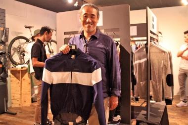 デザイナーの鈴木秀人氏は、国内のアパレル業界でインハウスデザイナーとしてキャリアを積んだ後、自身のサイクリング愛からペダレッドをスタートさせた