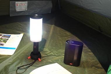 キャンプ時は同じバッテリーからランタンやBluetoothスピーカーのバッテリーとしても使える