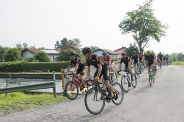ミラノ郊外の田舎道をグループライド