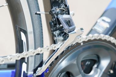 フロントディレイラーは旧モデルのロングアーム構造から一新。工具箱のふたのロック部分に使われるトグル構造を採用し、ストレスの少ない変速動作を実現している