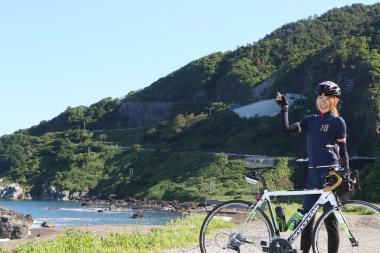 佐渡名物の「Z坂」を前にしたゲストライダーの石垣さん。6/20発売の『サイクルスポーツ8月号』にて、石垣さんによるレポートなどイベント詳細を掲載予定。お楽しみに!