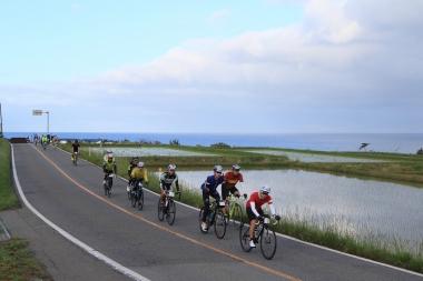 心配された天候も徐々に回復していく。海岸線に沿って続く棚田の中を進む
