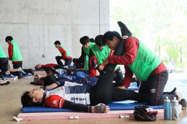 後半のエイドステーションではアップススポーツカレッジの生徒さん達によるマッサージサービスも行われる。疲労がたまった体に、ついついみなさんリラックス