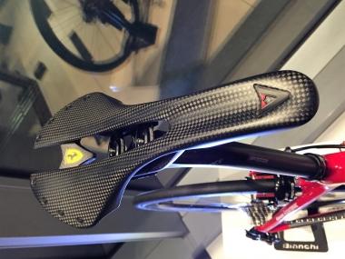 ミニマムデザインで仕上げられたアスチュート製のフルカーボンサドル。ここにもフェラーリのロゴが入る