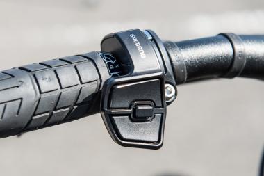 ハンドル左手のスイッチは3ボタン。エルゴノミックな形状で操作性は高い
