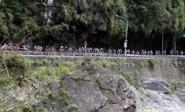 タロコ渓谷の岩肌を間近に感じながら集団が走る