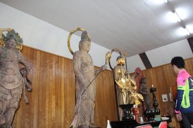 運慶作と伝えられる観音菩薩と地蔵菩薩、不動明王、毘沙門天の仏像が立ち並ぶ