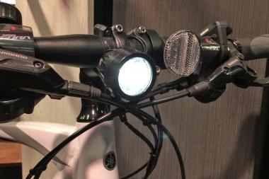 バッテリーから給電するタイプのライトを標準で装備