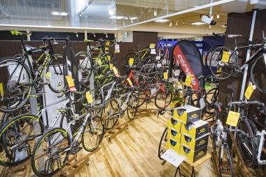 エントリー向けのクロスバイクからハイエンドロードバイクまでさまざまなブランドから選ぶことができる