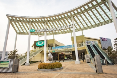 広大な敷地のショッピングモールである越谷レイクタウンの、貯水湖そばに位置する「レイクタウンアウトレット」1階が新店舗だ